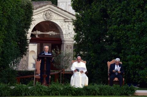 פרס אפיפיור2 אבו מאזן תפילה