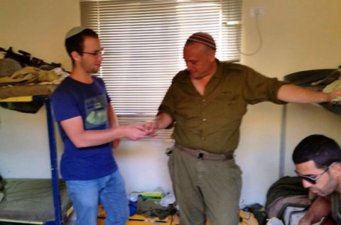 פעילי ארגון חוננו מחלקים כרטיסי פק''ל משפטי ללוחמי צה''ל בדרום 2