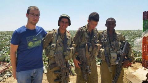 חייל צה''ל צבא פעילי ארגון חוננו מחלקים כרטיסי פק''ל משפטי ללוחמי צה''ל בדרום4