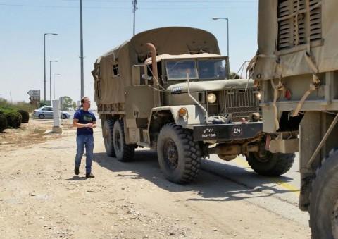 חייל צה''ל צבא משאית פעילי ארגון חוננו מחלקים כרטיסי פק''ל משפטי ללוחמי צה''ל בדרום5
