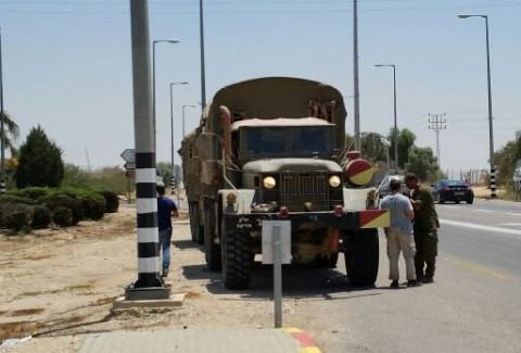 חייל צה''ל צבא משאית פעילי ארגון חוננו מחלקים כרטיסי פק''ל משפטי ללוחמי צה''ל בדרום6