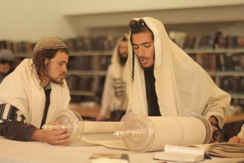 צילום הקול היהודי עוד יוסף חי - תפילה בבית המדרש